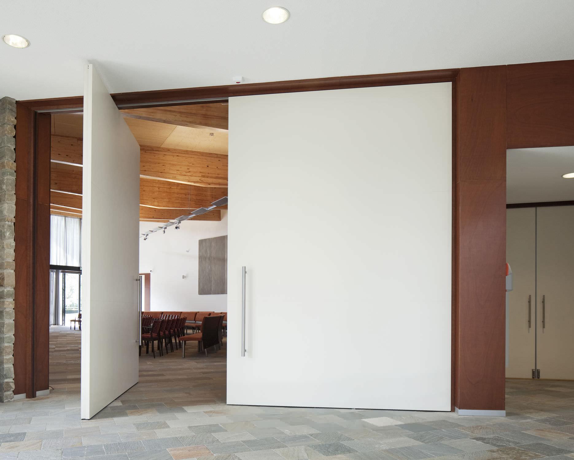 puerta de interior pivotante con eje central de madera by hulshof architecten
