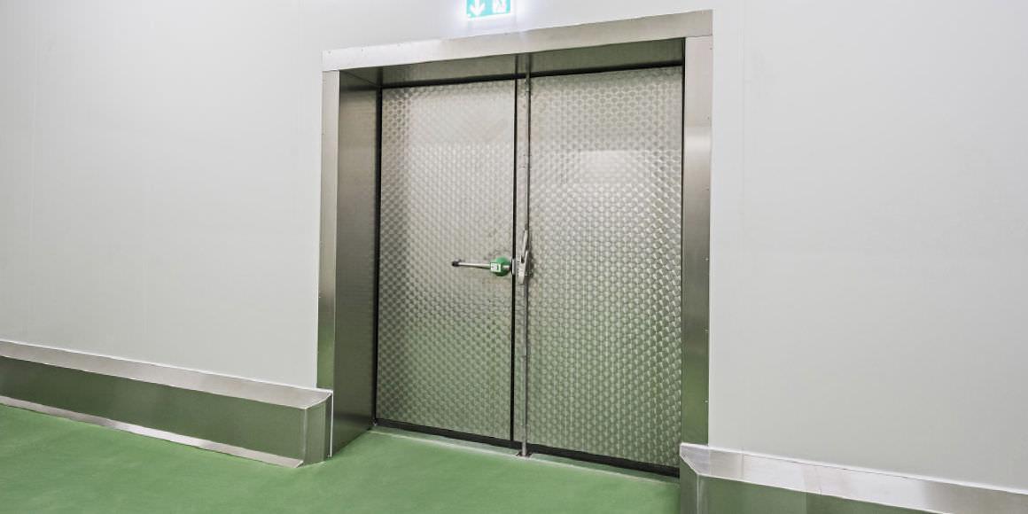Puerta industrial abatible / de acero inoxidable / con aislamiento ...