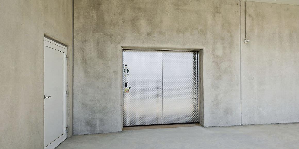 Puerta industrial corredera / de metal / aislante / para la ...