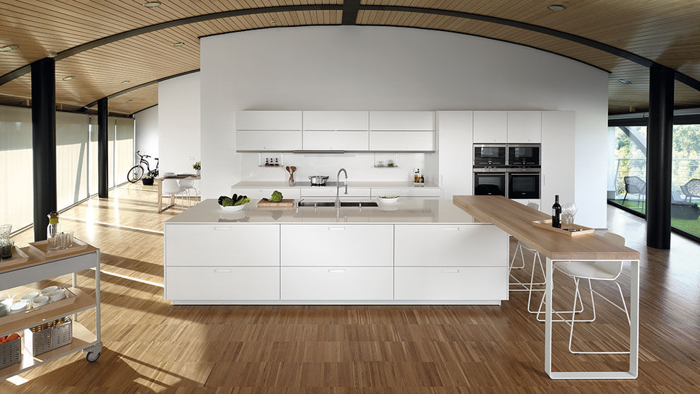 Cocina moderna de madera con isla lacada KARMEL SANTOS