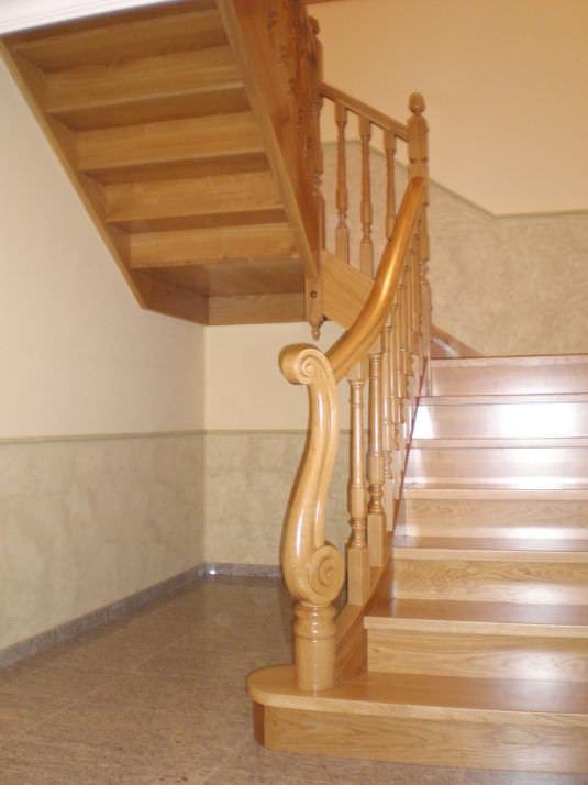 escalera en u con peldaos de madera estructura de madera con c