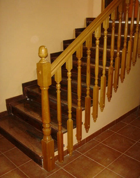 barandilla de madera con barrotes de interior para escalera m