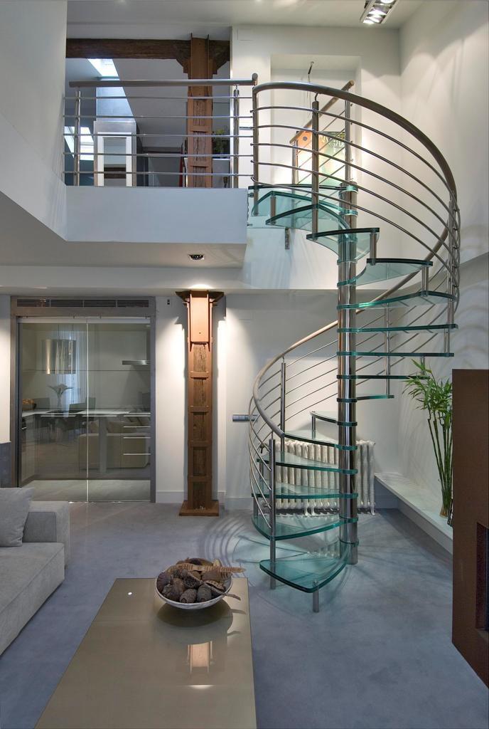 escalera de caracol con peldaos de vidrio estructura de acero inoxidable sin