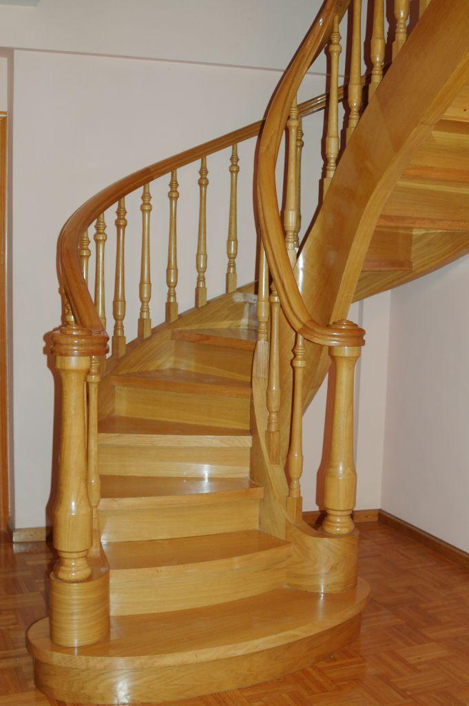 barandilla de madera con barrotes de interior para escalera ensaimada lisa