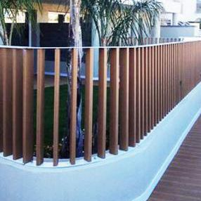 barandilla de madera con barrotes de exterior para terraza polimer tecnic