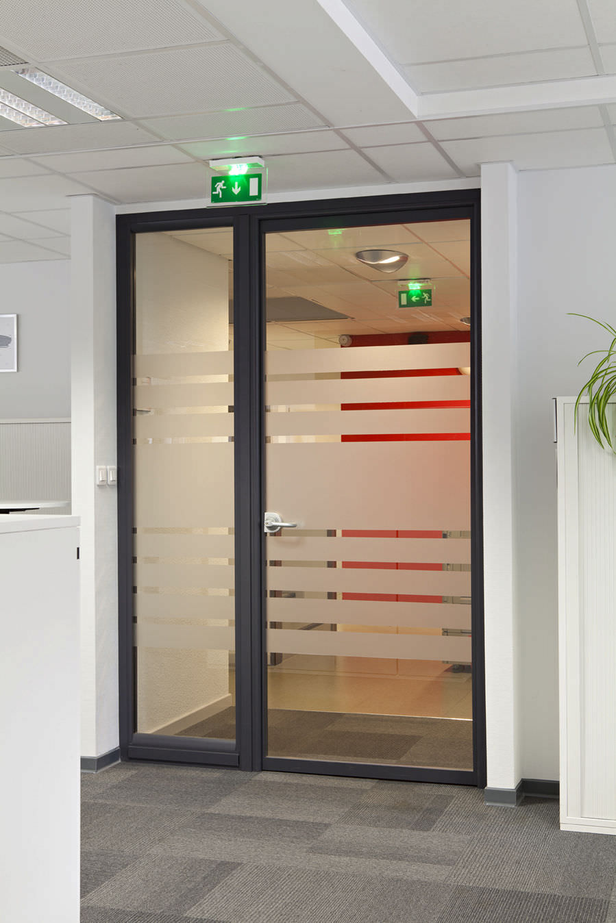 puerta de interior abatible de aluminio para edificio pblico tertial
