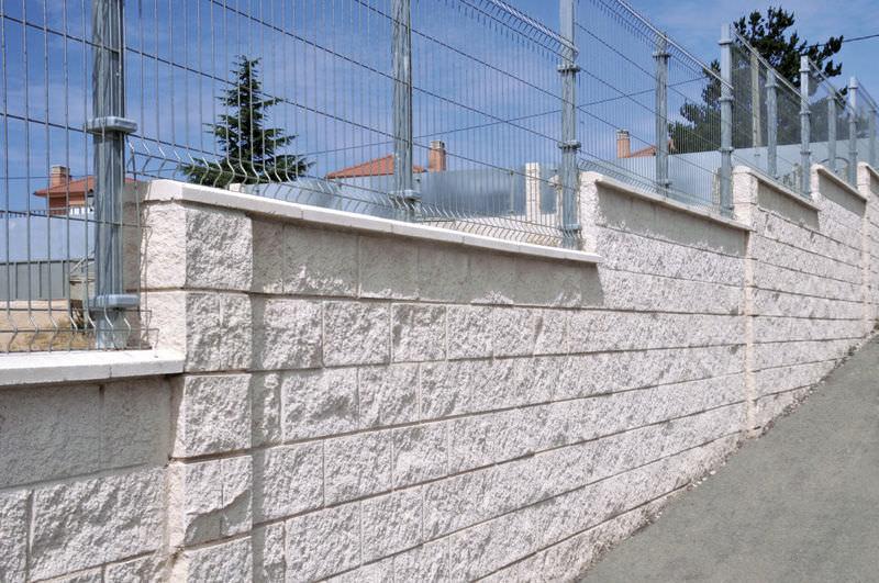 Bloque de hormigón hueco / para muro de contención / de alta ...
