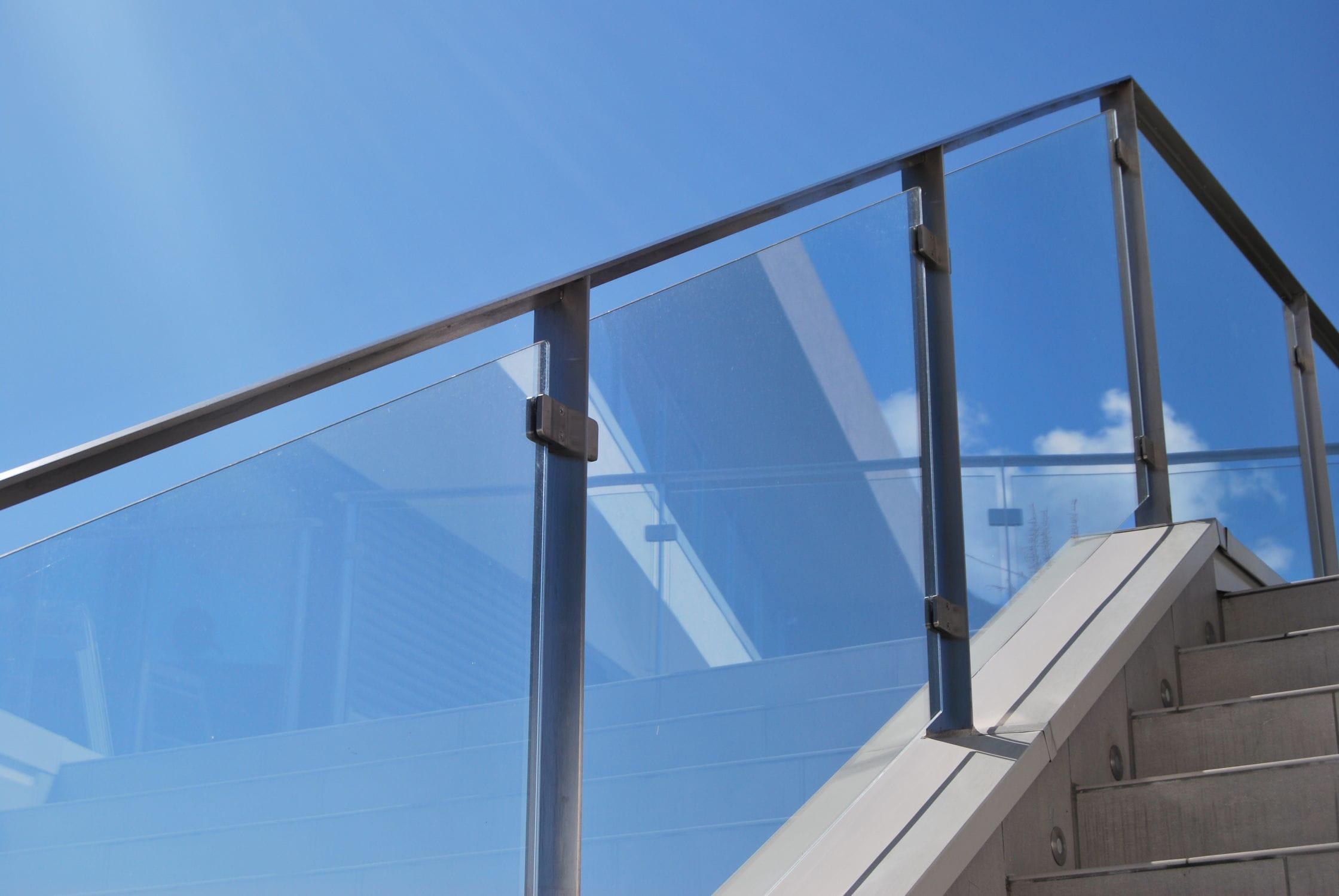 barandilla de vidrio con paneles de exterior para escalera interbau