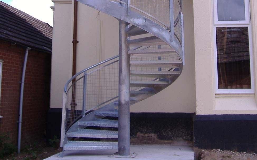 escalera de caracol con peldaos de metal estructura de acero sin skilts