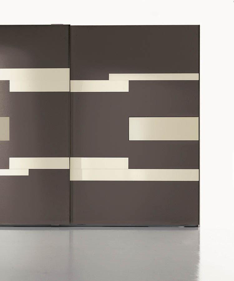 armario moderno de madera lacada brillante con puertas corredizas con pantalla televisin integrada