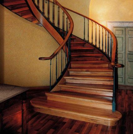 escalera circular con peldaos de madera estructura de madera con chiavari