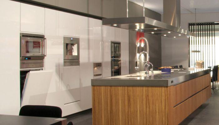 Cocina moderna / de acero inoxidable / de chapa de madera / con isla ...