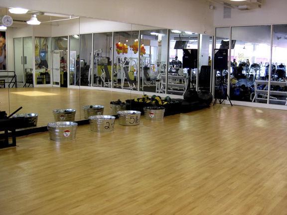Pavimento de vinilo / para sala de danza / en losa / brillante ...