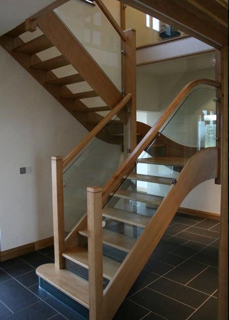 escalera en u con peldaos de vidrio estructura de madera sin
