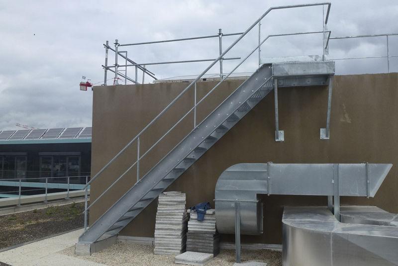 escalera recta con peldaos de metal estructura de metal sin