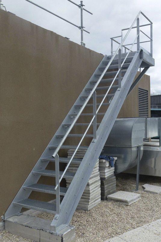 escalera recta con peldaos de metal estructura de metal sin alsolu