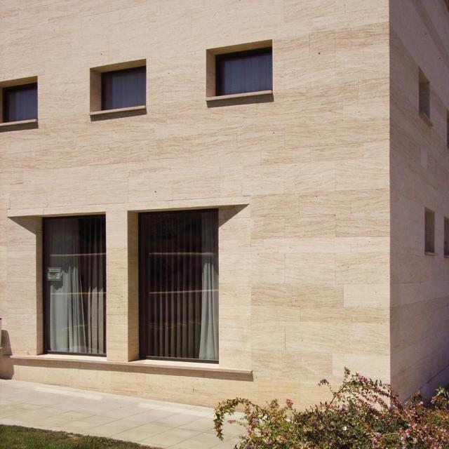 de fachada de piedra caliza mate en placas lumaquela amarilla