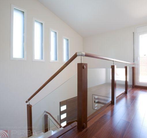 barandilla de madera con paneles de vidrio de interior para escalera md