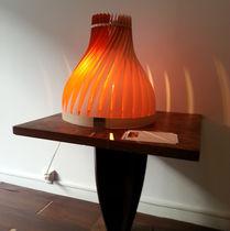 Lámpara de mesa / de diseño original / de madera / de interior
