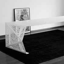 Mesa de conferencia de diseño original / de acero / rectangular / a medida
