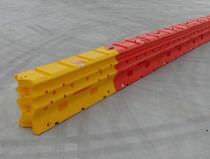 Barrera de protección / de tráfico / fija / de polietileno
