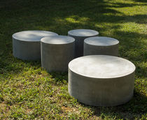 Mesa de centro moderna / de cemento / redonda / para espacio público