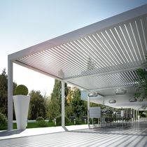 Pérgola adosada / de aluminio / con láminas móviles / con láminas parasol