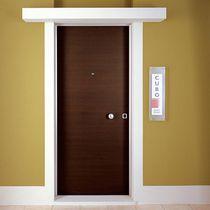 Puerta de entrada / abatible / de madera / de seguridad