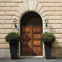 Puerta de entrada / abatible / de madera / de aluminio