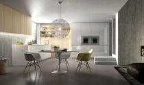 Cocina moderna / de vidrio / con isla / brillante