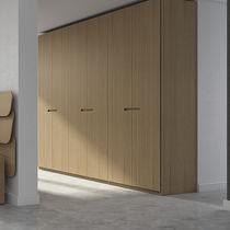 Armario moderno / de roble / de chapa de madera / con puertas batientes