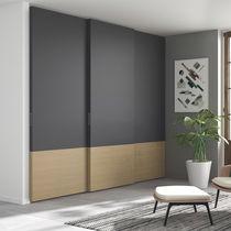Armario de pared / moderno / de madera lacada / de roble