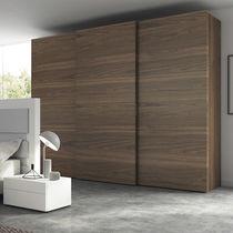 Armario moderno / de nogal / de chapa de madera / con puertas corredizas