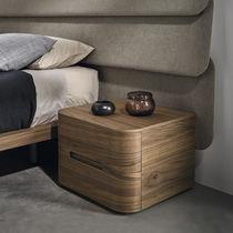 Mesilla de noche moderna / de nogal / de chapa de madera / curvada