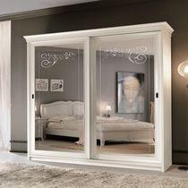 Armario clásico / de madera lacada / con puertas corredizas / con espejo