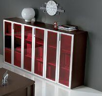 Armario de oficina bajo / de madera / de metal / con puerta abatible