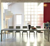 Mesa de comedor moderna / de vidrio deslustrado / de acero / de metal pintado