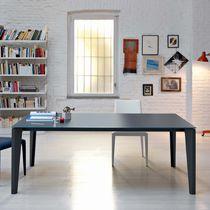Mesa de comedor moderna / de madera lacada / de vidrio / de acero