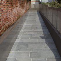 Pavimento de cuarcita / para espacio público / en losas / texturado