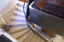 Escalera en L / peldaño de piedra / estructura de acero / con contrahuella