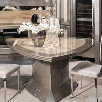 Mesa de comedor moderna / de madera / triangular