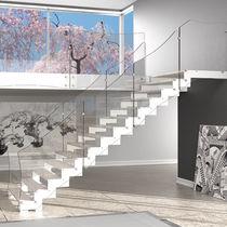 escalera recta con peldaos de madera estructura de metal sin