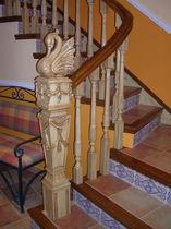 barandilla de madera con barrotes de interior para escalera