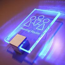 Sistema de fijación metal / para muro / para placa de señalización / con luz