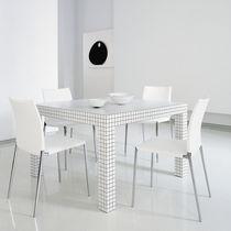 Mesa de diseño pop / de material laminado / de plástico / cuadrada