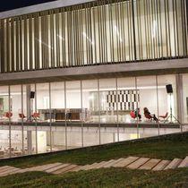 Celosía con lamas de madera compuesta / para fachada / vertical