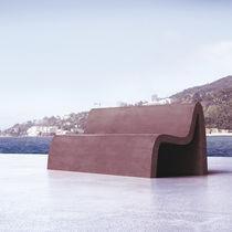Banco público / de diseño original / en material compuesto / con respaldo