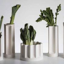 Florero moderno / de cerámica