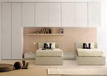 Armario moderno / de madera / con puertas batientes / puente para cama