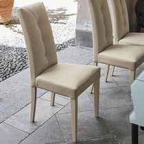Silla moderna / de madera lacada / de madera / tapizada
